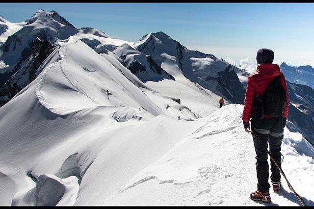 Hình ảnh đẹp của một người đang trượt tuyết